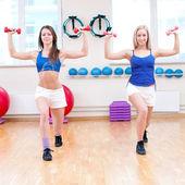 妇女做伸展运动 — 图库照片