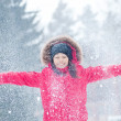 Foto Stock: Happy young woman plays with a snow