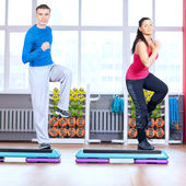 Erkek ve kadın germe yapmak spor — Stok fotoğraf