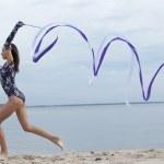 danza chica joven gimnasta con cinta — Foto de Stock
