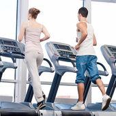女人和男人在健身房锻炼. — 图库照片