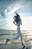 Desportiva mulher correndo na costa do mar — Fotografia Stock