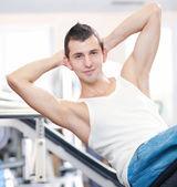 在健身房锻炼的年轻男子 — 图库照片