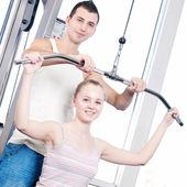 Gym homme et femme, faire de l'exercice — Photo