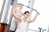 Fitness-studio-mann und frau, die ausübung — Stockfoto