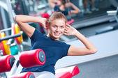Žena v tělocvičně cvičení — Stock fotografie