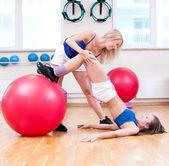 женщины делают растяжка упражнение — Стоковое фото