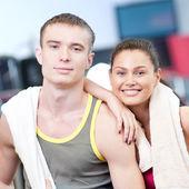 Man en vrouw drinkwater na sport — Stockfoto