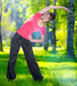 растяжка женщина в открытый спортивные упражнения. — Стоковое фото