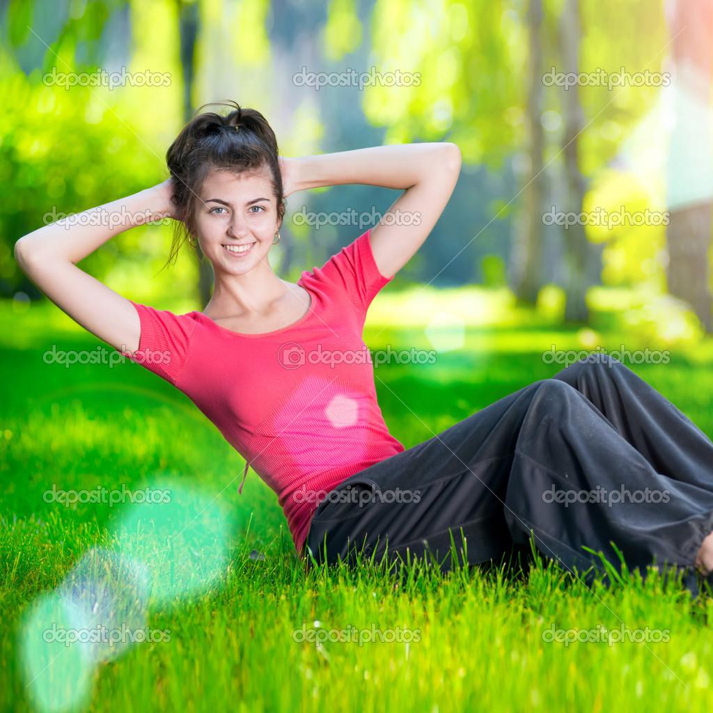 Frau Übungen für Bauchmuskeln — Stockfoto #25721321