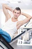 Mladý muž dělá cvičení v tělocvičně — Stock fotografie