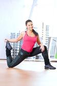Donna facendo stretching esercizi in palestra — Foto Stock