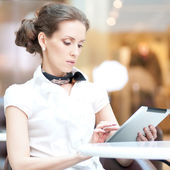 Business woman using tablet on lunch break in cafe — Stock Photo