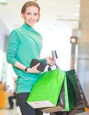 Shopping frau mit color taschen — Stockfoto