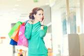 Zakupy kobieta z telefonu i kolor torby — Zdjęcie stockowe