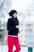 Niña corriendo en un día frío de invierno — Foto de Stock