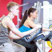 Människor på gymmet gör cykling konditionsträning — Stockfoto