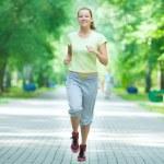 kvinna jogging i gatan stadsparken — Stockfoto #37223729