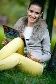 Vrouw lezing modeblad — Stockfoto