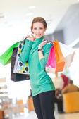 色のバッグを持つショッピング女性 — ストック写真