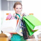 Mulher comercial com sacos de cor — Foto Stock