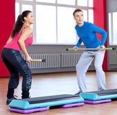 Hombre y mujer en el gimnasio haciendo estiramientos — Foto de Stock