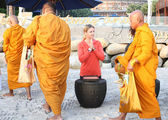"Hua Hin - December 28:Victoria Azarenka of Belarus pay respect to a monks. Before tennis Match ""Hua hin World Tennis Invitation"" at Intercontinental resort on December 28, 2012 in Hua hin, Thailand — Stock Photo"