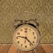 Retro clock on vintage wallpaper — 图库照片