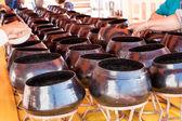 Molte persone della moneta fino a ciotola di elemosina del monaco in un tempio tailandese — Foto Stock