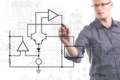 Elektrotechnisch ingenieur schakeldiagram tekenen op het whiteboard — Stockfoto