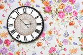 Houten retro klok op bloemen behang — Stockfoto