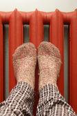 Füße mit wollsocken erwärmung auf den heizkörper — Stockfoto