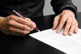 Bir sözleşme imzalamadan işadamı — Stok fotoğraf