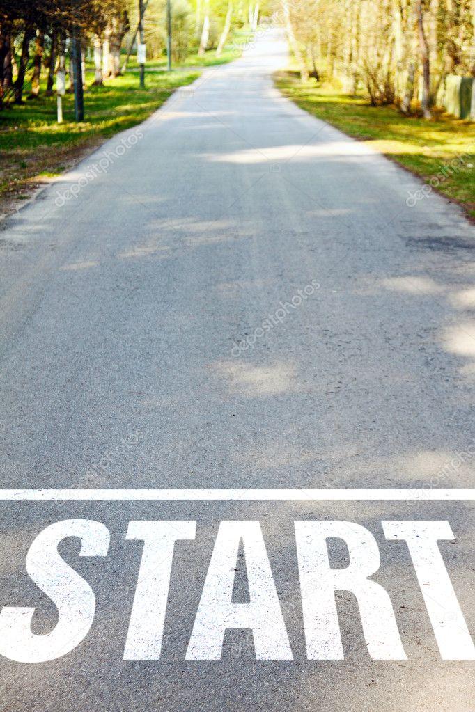 沥青混凝土路面与白色开始标志