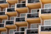 Zblízka pohled na budovu s balkony — Stock fotografie