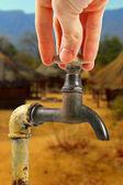 водопроводную воду в африке деревне — Стоковое фото
