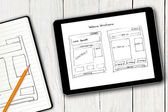 Website wireframe esboço na tela do tablet digital — Fotografia Stock