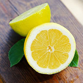 Fresh lemon and lime on wooden table — Stock Photo