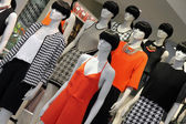 Many fashion mannequins in the shop window — Stock Photo