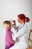 The pediatrician examines the head of a little girl — Stock Photo