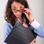 mladý obchodní žena drží souboru ve svých rukou — Stock fotografie #28955235