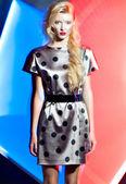 Harmonous blondin i kläderna på en cologne bakgrunden — Stockfoto