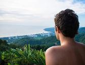 Man looking at the horizon — Stock Photo