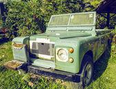 Jeep en un bosque — Foto de Stock