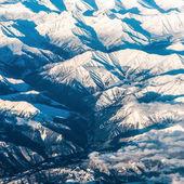Las montañas y el cielo, vista desde el avión — Foto de Stock