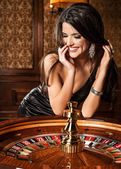 Jong sexy meisje in casino — Stockfoto