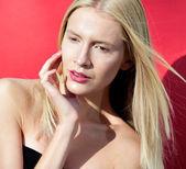 Modelka dotyka twarz usta spojrzeć na kamery — Zdjęcie stockowe