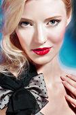 肖像画のブロンドの女の子の色メイクアップ — ストック写真