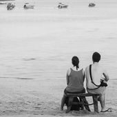 Couples seat near beach and look horizont — Stock Photo