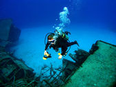 Diver photographing a Sunken Shipwreck — Stock Photo